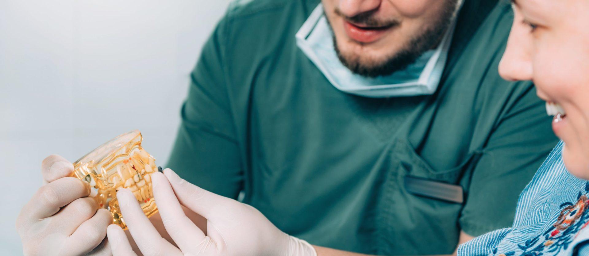 dentista explicando procedimiento de rehabilitación oral
